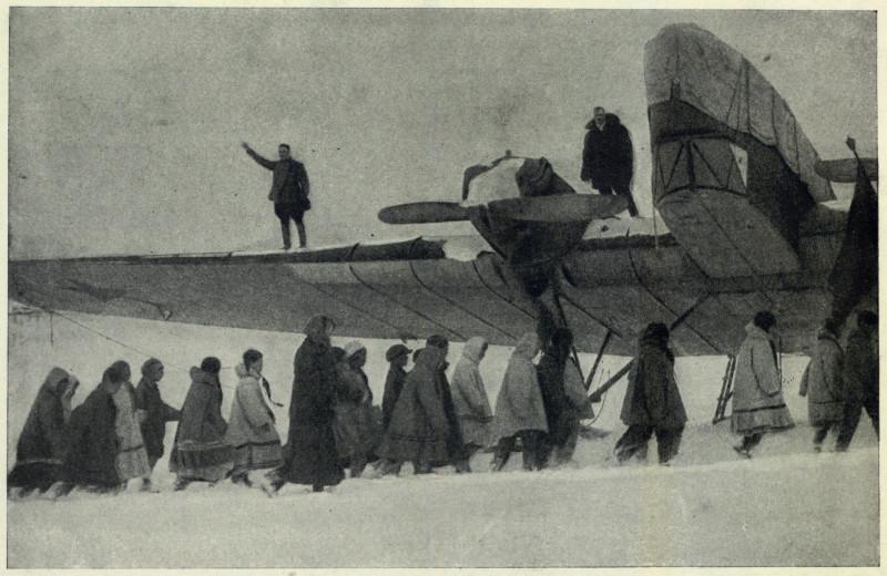 Празднование 1 Мая в Уэллене. Трибуна оратора на крыле самолёта Ляпидевского 1934