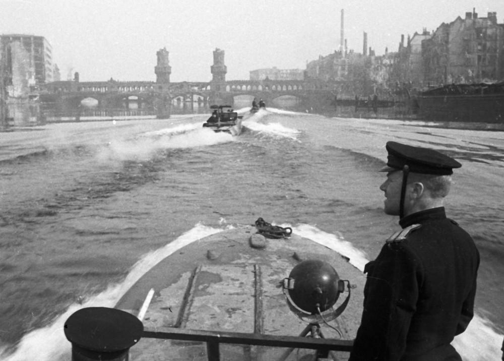 3 мая 1945 года. Полуглиссеры Днепровской военной флотилии на Шпрее в Берлине около моста Обербаумбрюкке