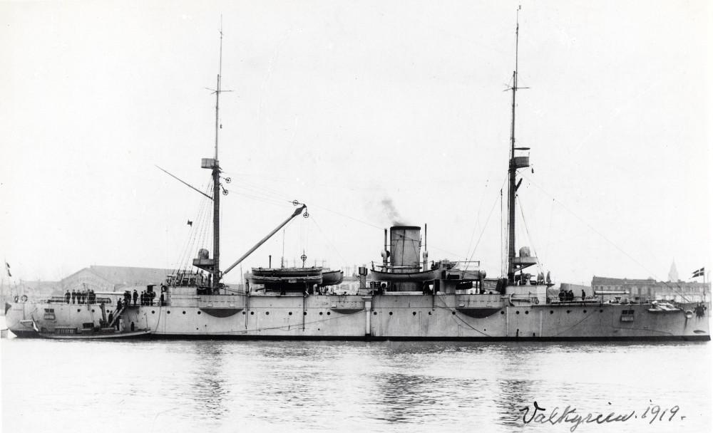 Valkyrien (sosat 1888) med chalup pa siden. Skibet ses mod styrbords side. 1919