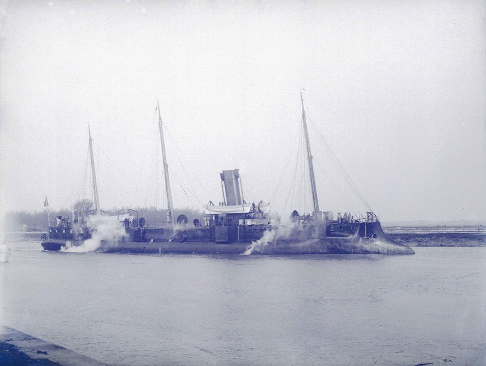 aviso-torpilleur/croiseur-torpilleur Epervier (1886-1911), sur la Charente, ~1888