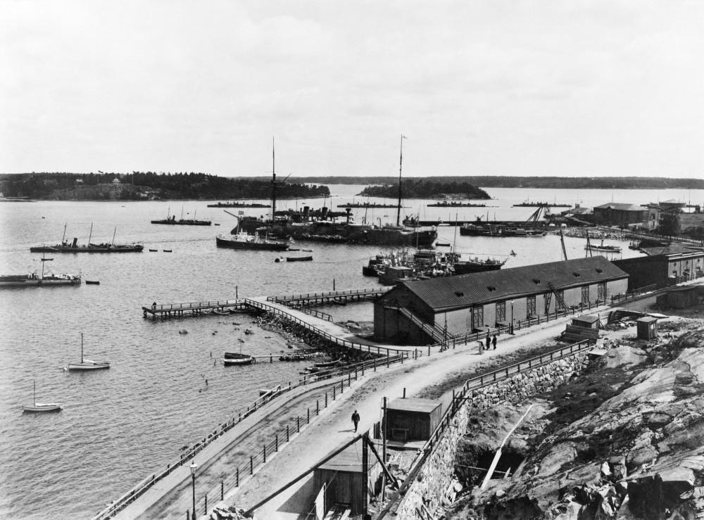 Крейсер 1-го ранга «Адмирал Корнилов» и эсминцы на якорной стоянке Балтийского флота в Северной гавани Гельсингфорса, 1908 год. Фото сделано с Катаянокки, на заднем плане острова Коркеасаари и Хылкисаари.