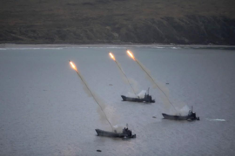 Залп из самоходных реактивных установок разминирования УР-77 с десантных катеров