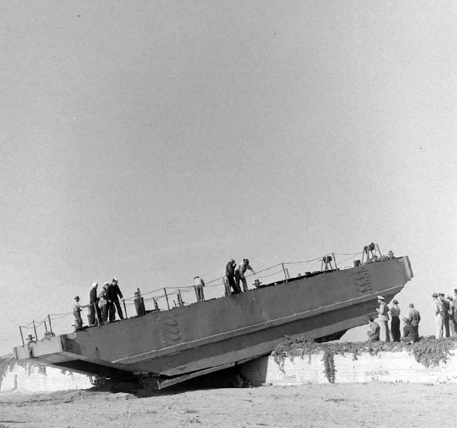 Walking barge - 1948. John Thomas Tucker's 'walking barge' prototype test - John Florea - LIFE