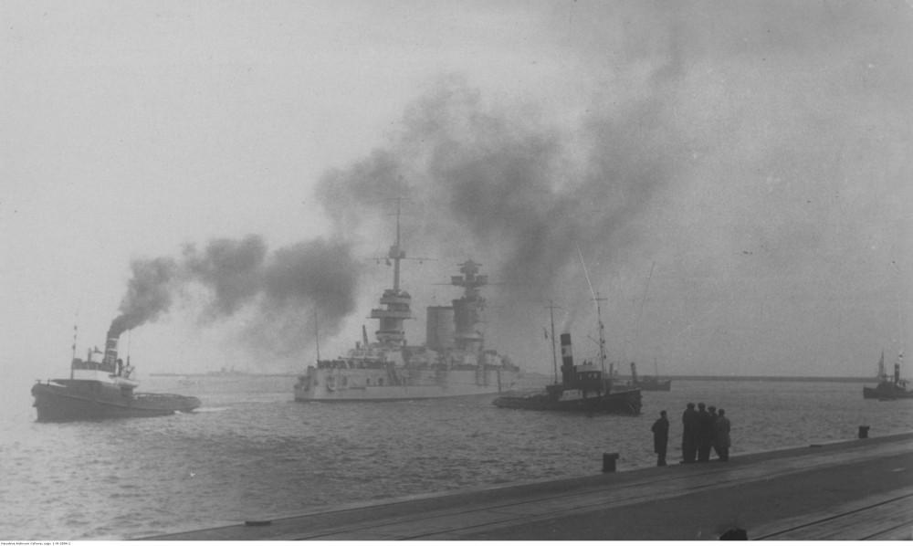 Польские буксиры буксируют советский линкор Марат, заходящий в порт. 1934-1909. Гдыня