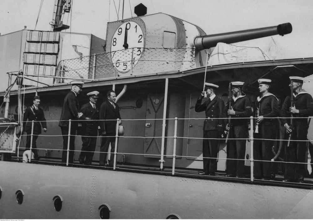 Советский поверенный в делах Полянов (1 справа) и полковник Барабанов (2 слева) в сопровождении контр-адмирала Юзефа Унруга (3 слева) на палубе ORP Burza 1934-09.