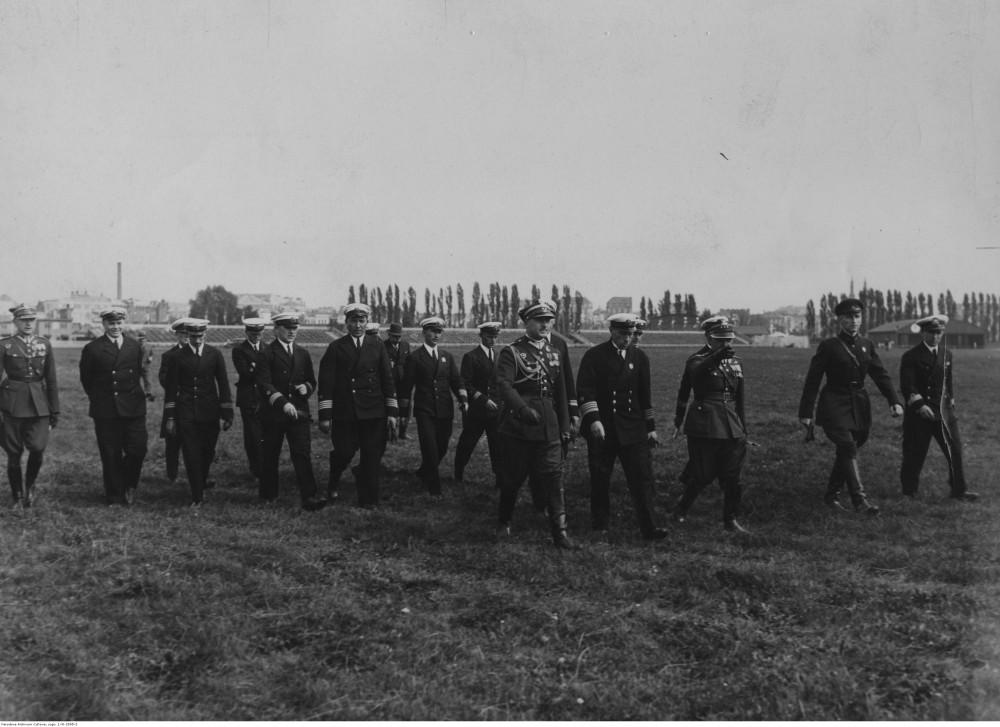 Советский адмирал Лев Галлер (4-й справа) в компании польских офицеров посещает аэропорт Мокотув. 1934-09. Варшава