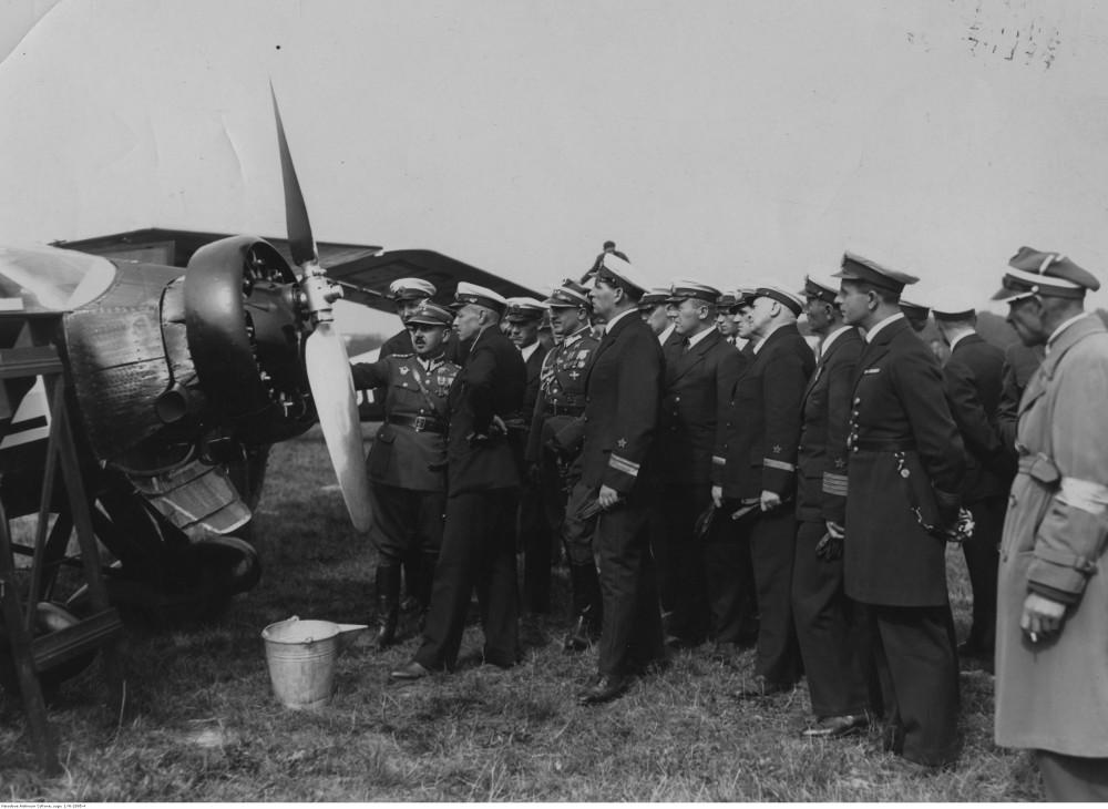 Советский адмирал Лев Галлер 3 (слева) осматривает RWD-9 в компании польских офицеров. 1934-09. Варшава