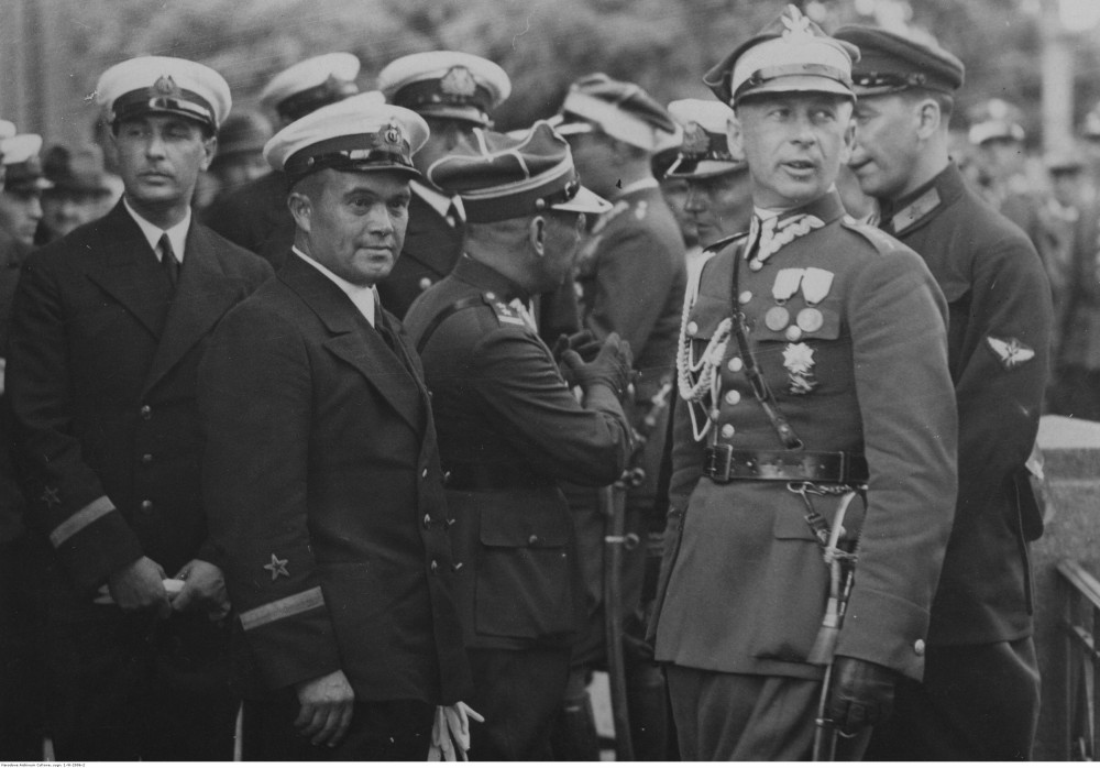Советские моряки беседуют с военными польскими. С правой стороны частично виден советский военный атташе Свирин. 1934-09. Познань