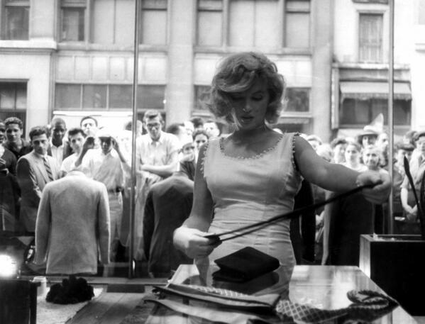 BezQuAnIgAArRE8.jpgмонро шоппинг 1957