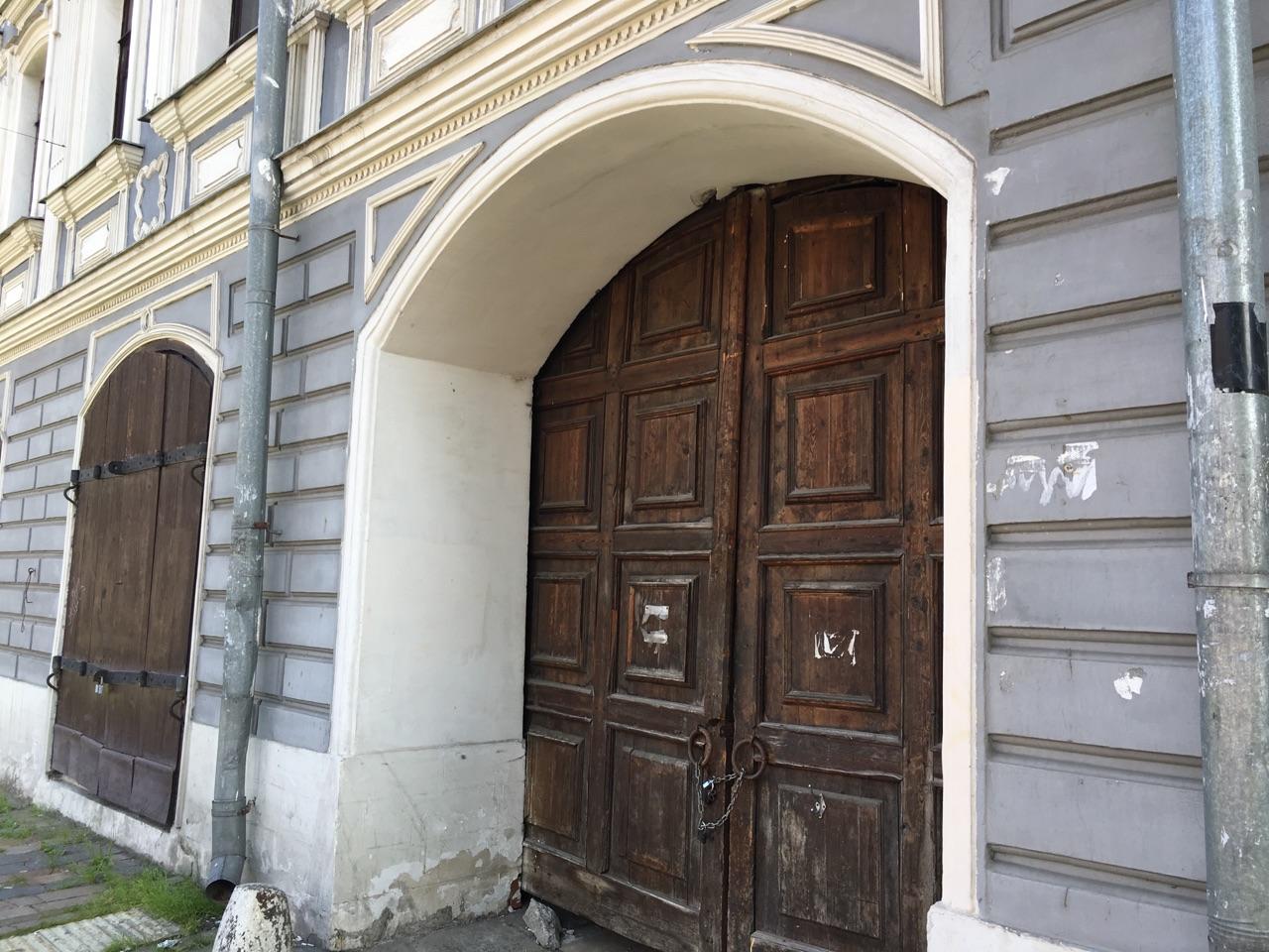 ворота у серого дома