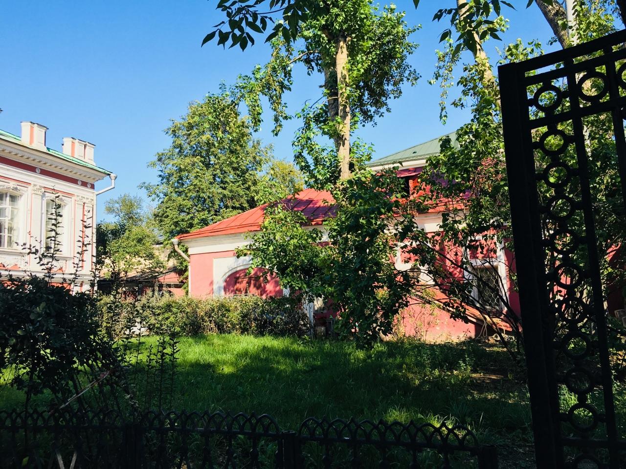 крсаный дом за зеленью