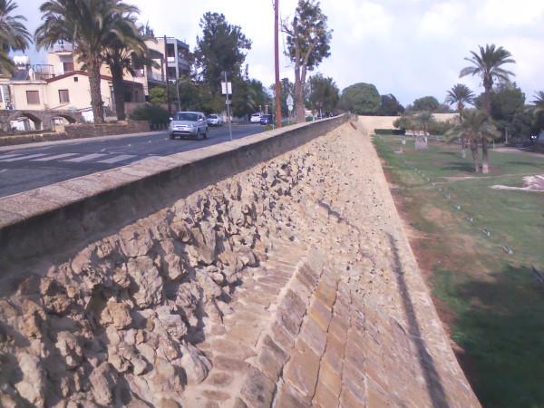 стена с дорогой