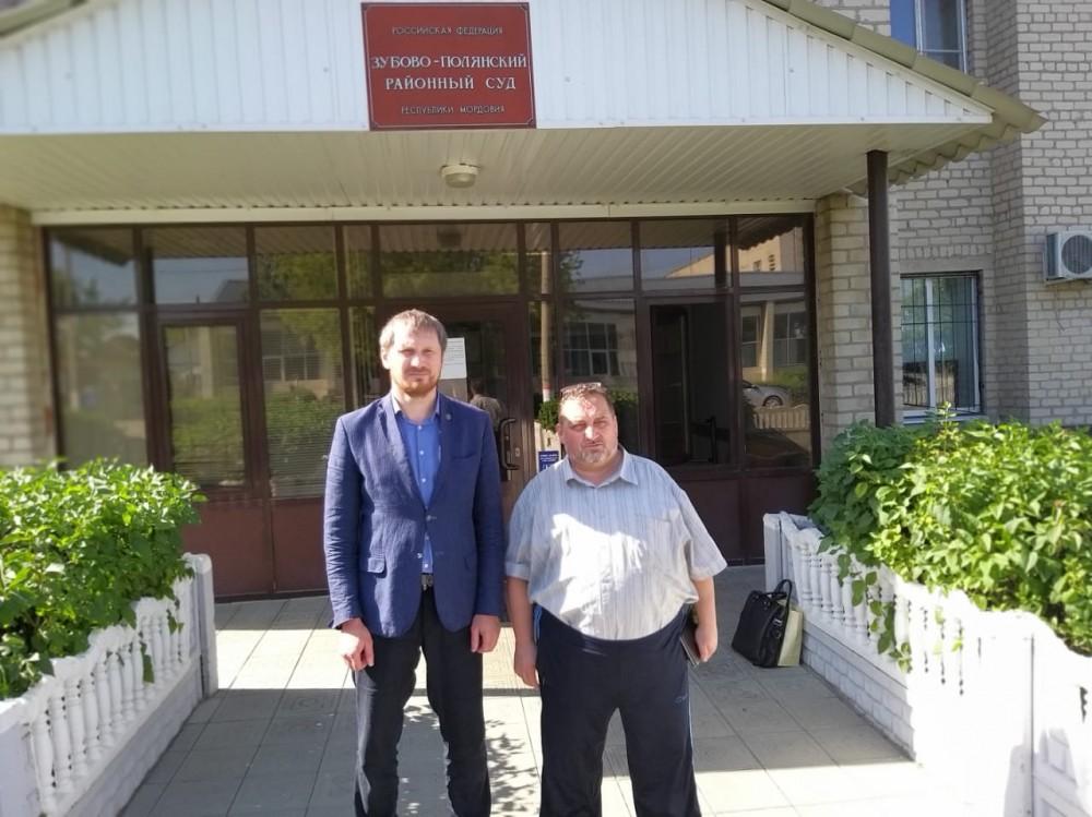 Перед входом в Зубово-Полянский суд вместе с адвокатом Маратом Ашимовым