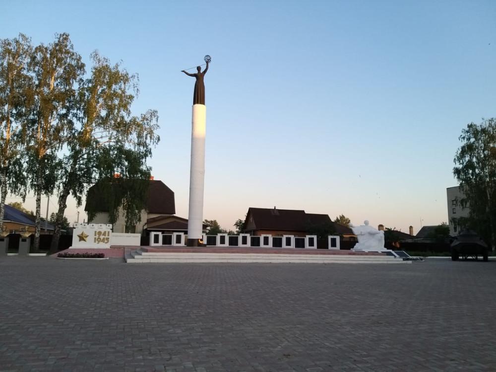На площади в центре поселка установлена колона, памятник участникам ВОВ, бюсты 6 героев – уроженцев района, доска с фамилиями погибших в Афганистане и на Кавказе, и самый  настоящий БТР.