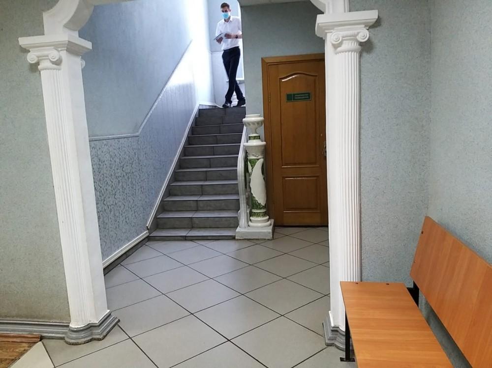 В здании суда меня встретили вазы и колоны