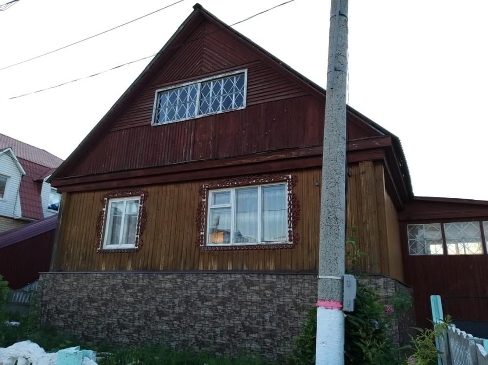 Частный дом с резьбой вокруг окон