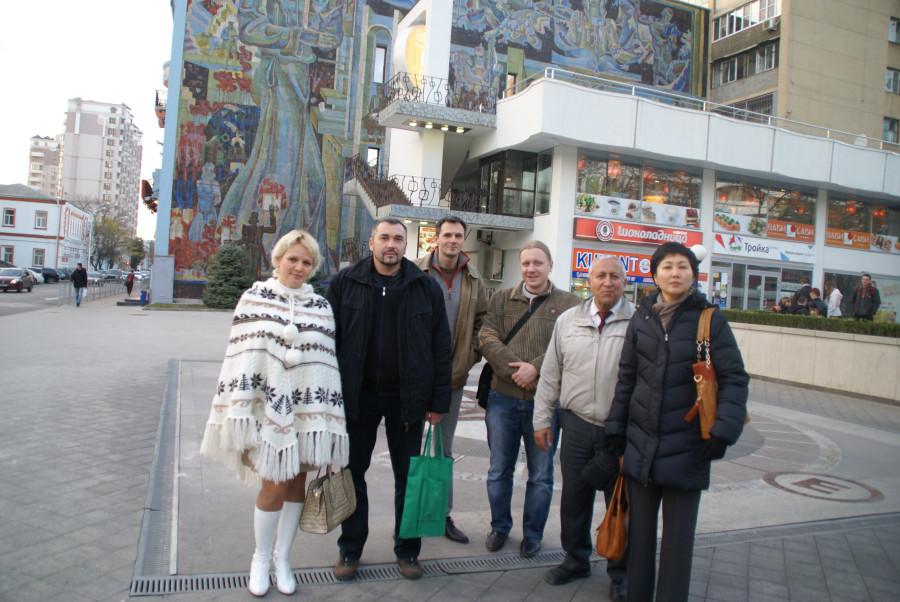 музей им Фелицына, мы и наши гости на экскурсии угол красной и гимназической ( возле музея)