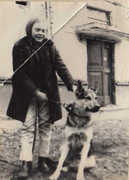 1976 осень Белово Галя Кожевникова с собакой