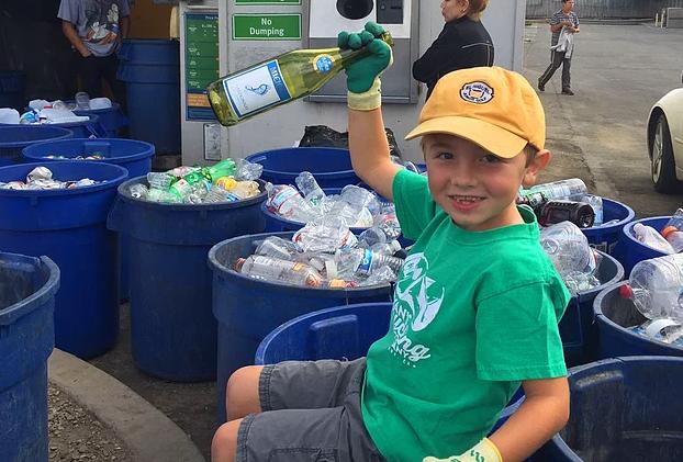 7-летний мальчик собрал деньги на колледж благодаря своей кампании по сбору утильсырья