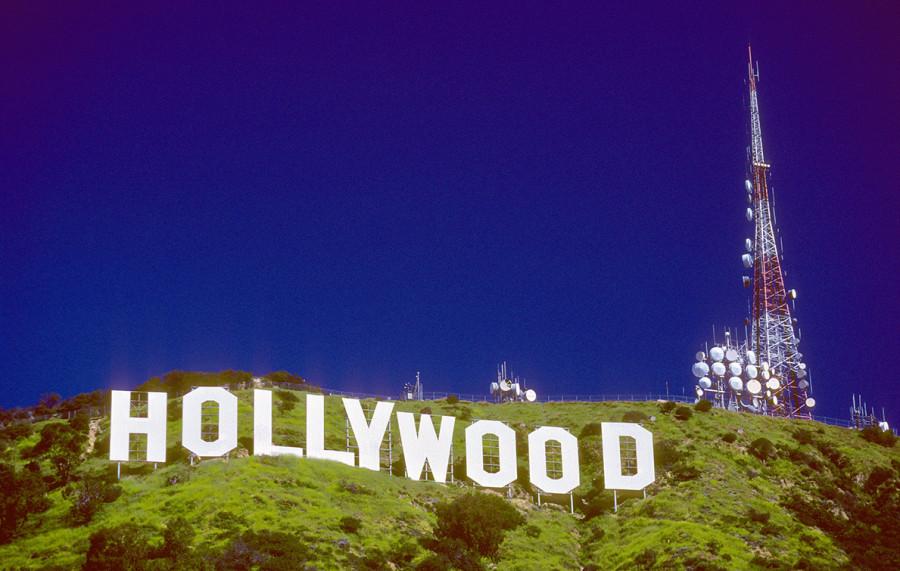 Череп у знака Hollywood