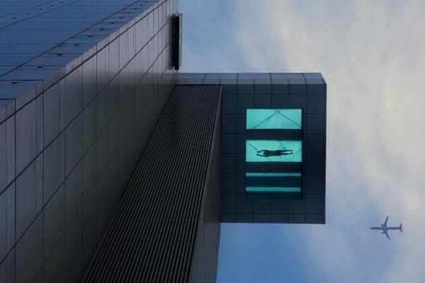Бассейн, расположенный на 24-м этаже гостиницы Holiday Inn, Шанхай, Китай.