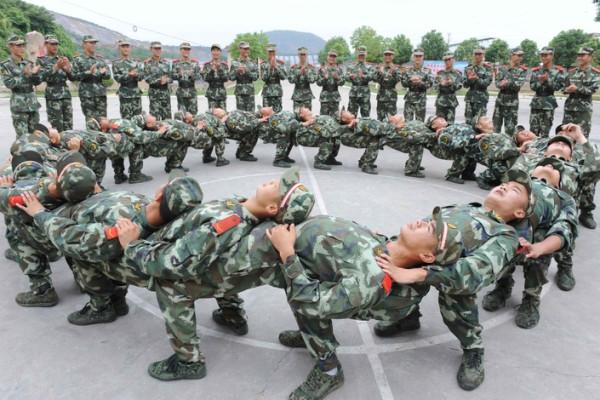 Новобранцы китайской армии во время психологической подготовки, Тунлин, Китай.