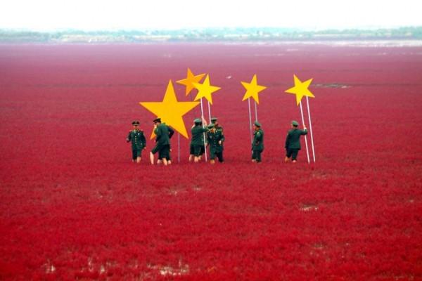 Подготовка к празднованию Дня образования Китайской Народной Республики, провинция Ляонин. Солдаты устанавливают желтые звезды на болоте, поросшем красной солянкой, чтобы оно походило на флаг КНР.
