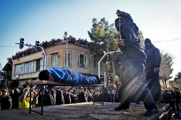 Публичная порка мужчины, осужденного за изнасилование в городе Себзевар, Иран.