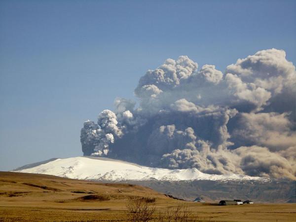 800px-Eyjafjallajokull-April-17
