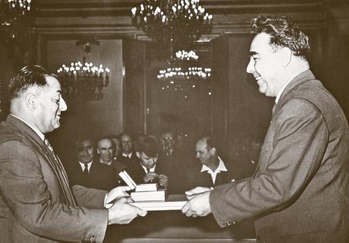 Брежнев вручает дедушке регалии Героя Советского Сюза