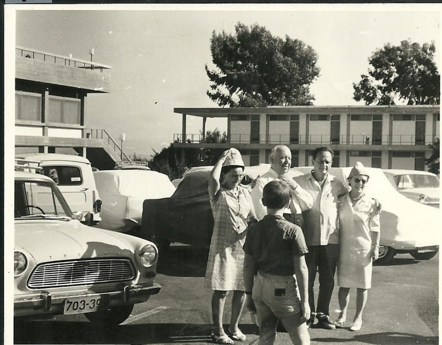 היצקוק בנוף גנוסר עם יגאל אלון 1965