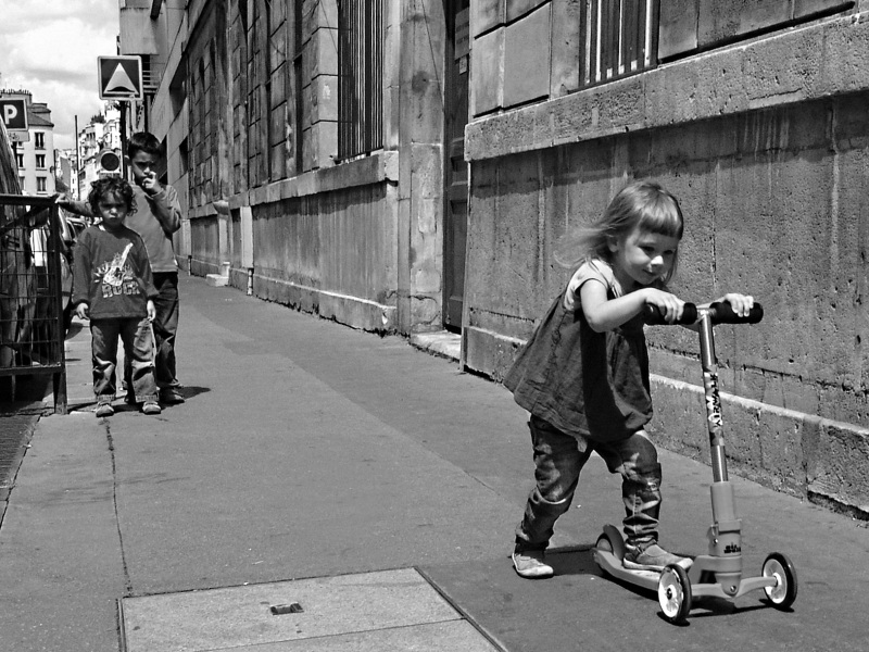 По Парижу на самокате