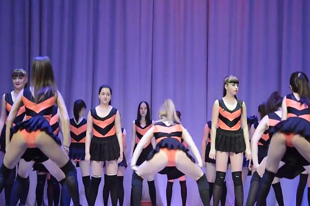 Девочки исполняют тверкинг - призывно крутят попами.