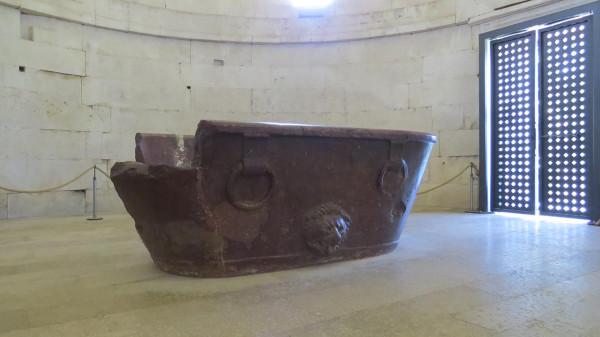 Мавзолей Теодориха ванна-саркофаг.jpg