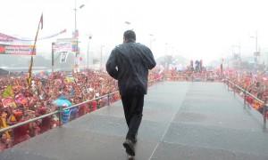 Chávez-bajo-la-lluvia