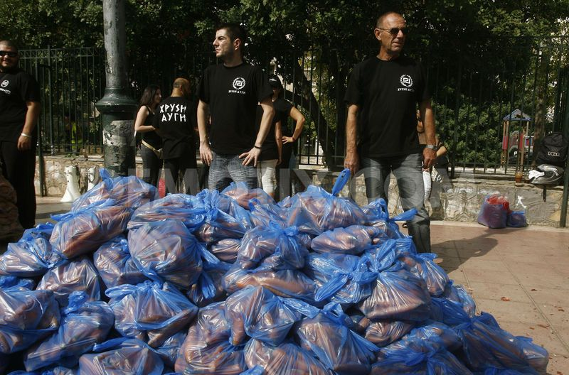 1364937376-food-distribution-by-ultra-nationalist-right-party-golden-dawn_1446560