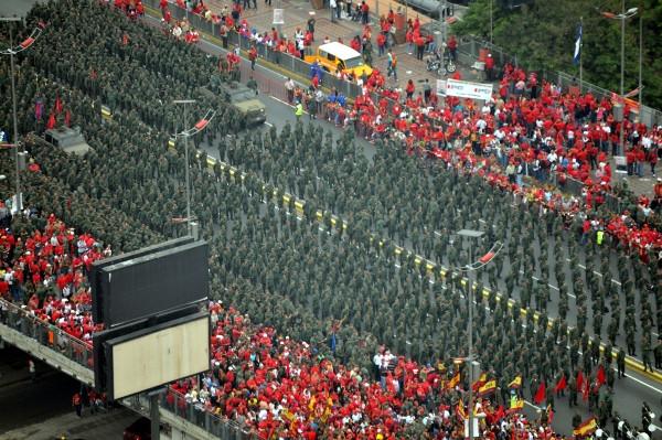 milicianos en marcha