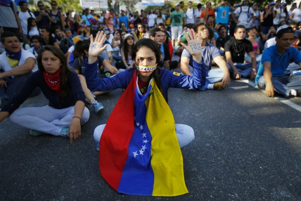 2014-02-16T235744Z_1546104965_GM1EA2H0M1301_RTRMADP_3_VENEZUELA-PROTESTS