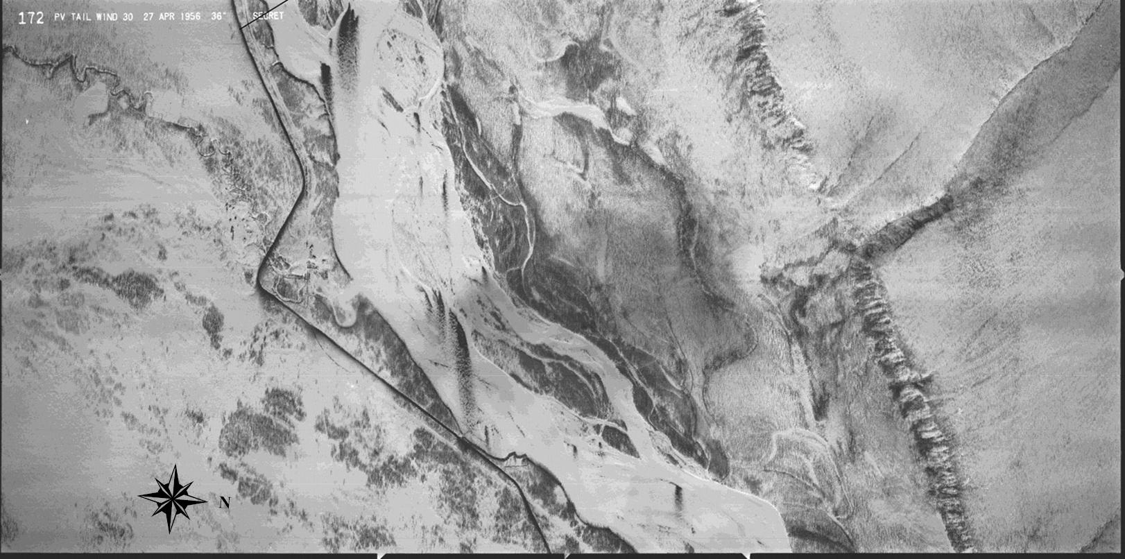 Плановый снимок района Табагинского утёса (на фото справа внизу) в 40 км южнее аэродрома Якутска, сделанный в ходе миссии Tailwind 30 27 апреля 1956 года вертикальной камерой К-38 с фокусным расстоянием объектива 36 дюймов и форматом кадра 9х18 дюймов. Высота полёта, по воспоминаниям второго пилота миссии Эрла О'Логлина составляла 43.000 футов (13.100 м). Это соответствует масштабу 1:14333, охвату участка земной поверхности 3276х6552 м, и подтверждается видимым на этом снимке. Тёмная линия в левой половине снимка это, вероятно, зимник идущий по островам Саты-Талах и Намтагар на реке Лене. Табагинский створ –  самое узкое место реки Лена, где уже много лет собираются начать строительство 3-км железнодорожно-автомобильного моста.