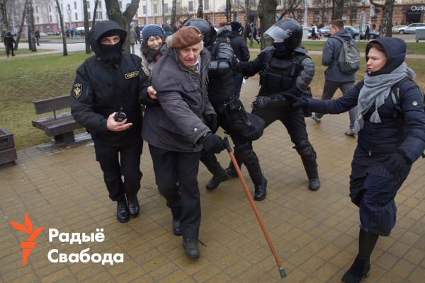Беларусь. Три ОМОНовца против старого хфашиста- дедушки с палочкой