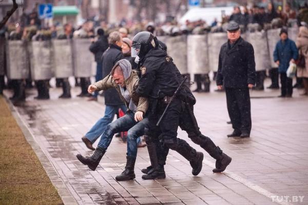 День Воли в Беларуси: Сотни задержанных в автозаках C7xAiMdXkAAP_33