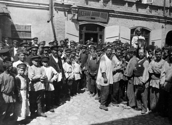 """""""Хлопці, млинці полетіли!"""", - в російському Нижньому Новгороді традиційне для Масляної частування кидали в натовп з другого поверху будинку - Цензор.НЕТ 1716"""