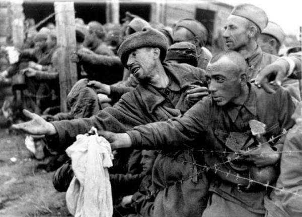 Летом 1941-42 в плен сдавались миллионами и умирали от голода в ямах