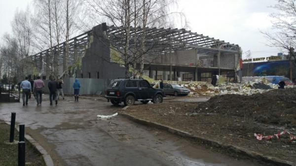 Обрушение стен спорткомплекса в Кирове насмешила весь мир