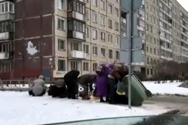 Антипутинские диверсанты:  Россияне из Санкт-Петербурга роются в мусоре-ищут санкционные продукты