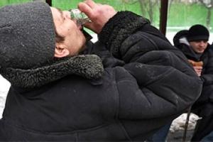 Жителей РФ начал убивать новый алкогольный суррогат: первые подробности смертей от Нового Боярышника
