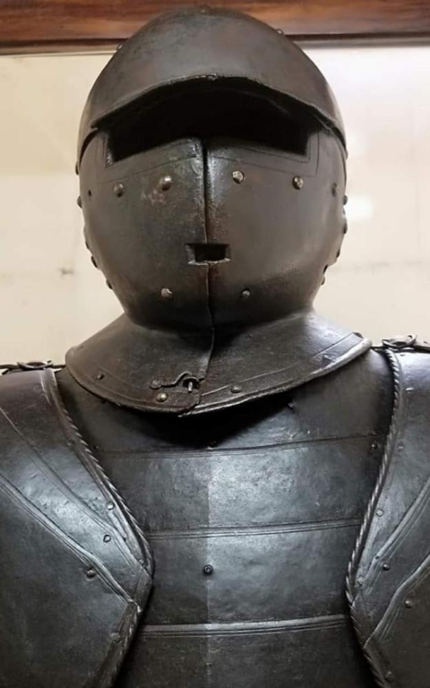 Саперно-штурмовой шлем весом в 17,5 кг.