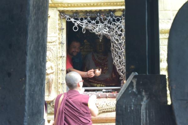 5. индуист блогословляет буддиста
