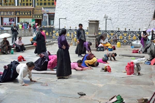 18.фото Простирающиеся перед входом в монастырь Джоканг
