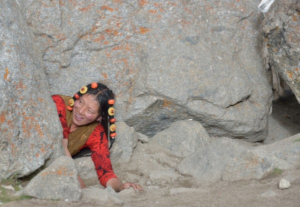 32.фото тибетка пролазит сквозь камень перед перевалом Дролма